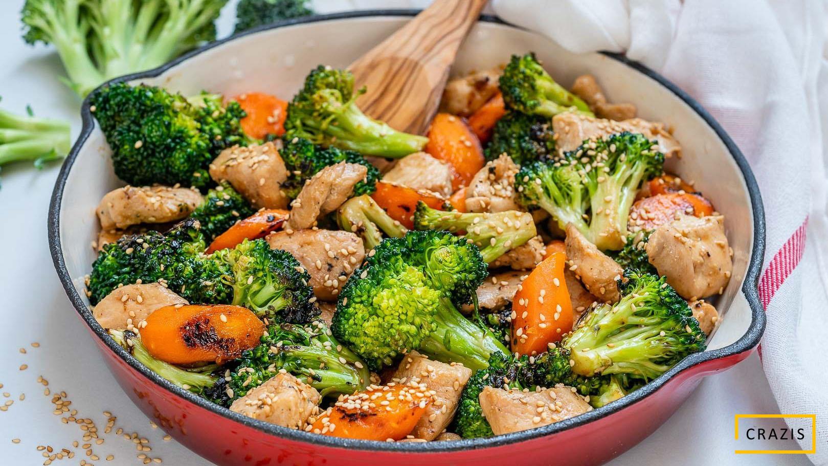 Thịt heo xào súp lơ và cà rốt, cơm gạo lứt